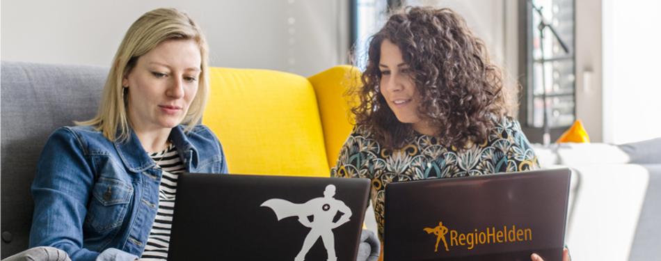 Mitarbeiterinnen aus dem Online Marketing im Gespräch